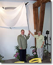 Frau Henri (Witwe des Künstlers) und Neuköllns Bürgermeister Herr Buschkowsky enthüllen das Kunstwerk